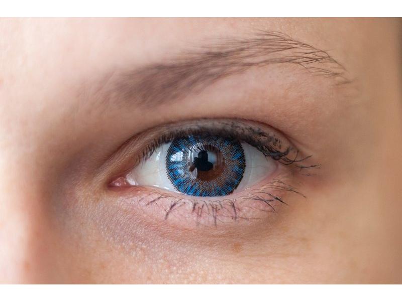 Blue na hnedom oku